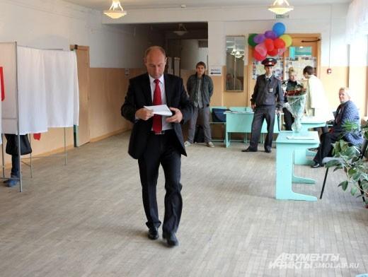 В 9 утра пришел голосовать глава Смоленска Евгений Павлов.