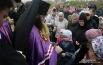 Епископ Исидор раздаёт прихожанам храма памятный образ Святых