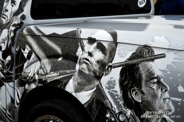 Винни Джонс эффектно расположился на кузове грузовика