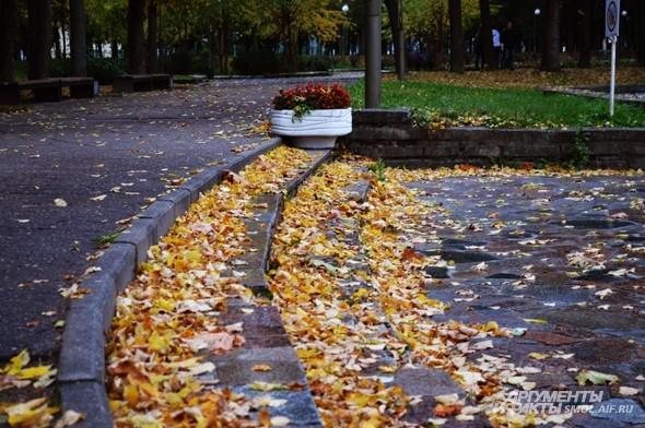 «Но падает и падает С деревьев мертвый лист»  М.Исаковский, «В дни осени»