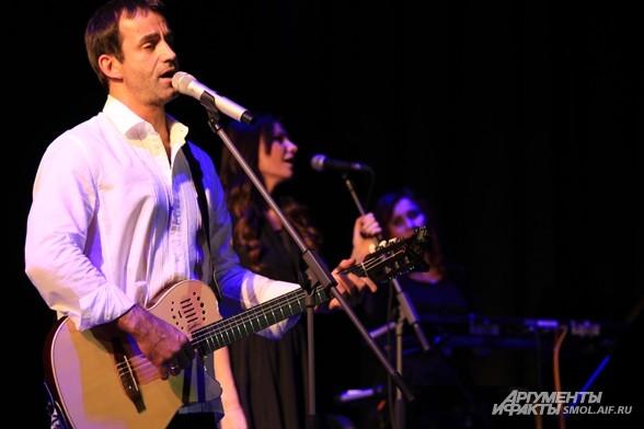 С группой «КарТуш» Дмитрий Певцов выступает с 2010 года.