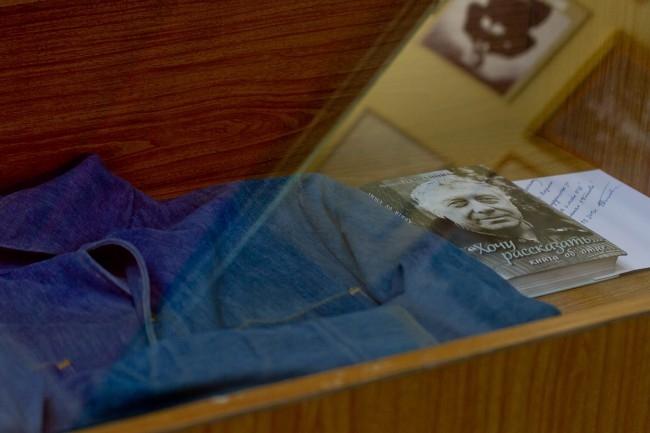 ... в том самом джинсовом костюме, который подарили в прошлом году