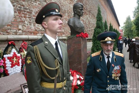 У памятника Егорову
