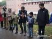 Дети очень радовались возможности подержать капсулу с посланием