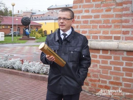 Глава департамента Смоленской области по культуре и туризму Владислав Кононов презентует капсулу с посланием потомкам
