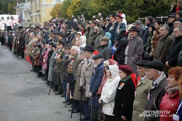 Гости праздника приветствуют главнокомандующего смоленского гарнизона