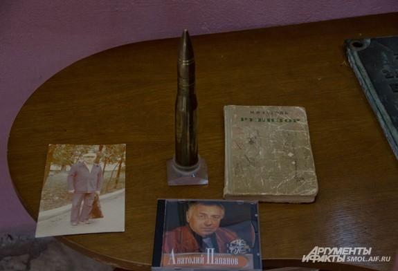 Эти вещи Елена Папанова и ее дочь (внучка актера) Мария подарили музею - зажигалка в виде патрона, а также фото Папанова...