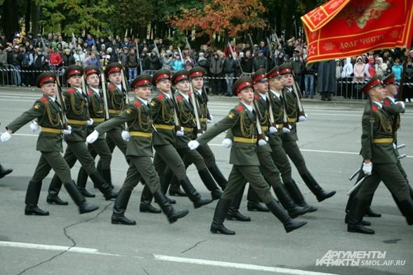 Курсанты военной академии на параде в честь 70 - летия освобождения Смоленска