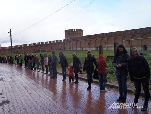Люди терпеливо ждали передачи капсулы в разных частях города
