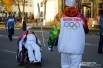 Настю встречает факелоносец номер 56 - знаменитый смоленский спортсмен Алексей Федоров