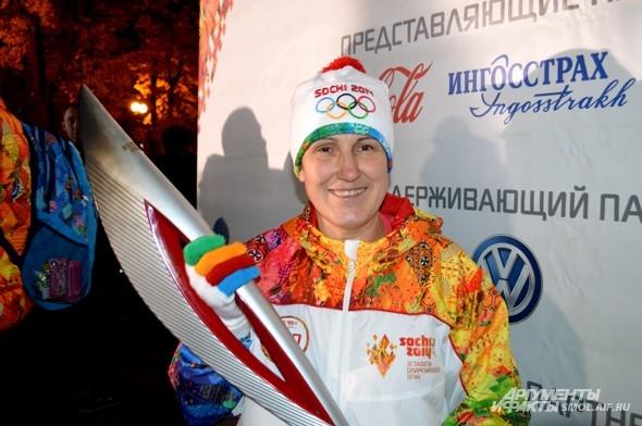 Олимпийская чемпионка Надежда Таланова после зажжения чаши огня