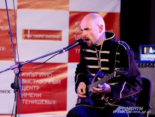 Арне Шуппнер, он же Алексей Поверонов, сологитара.