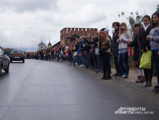 Проезжавшие мимо водители радостно жали на клаксоны и подбадривали участников флешмоба