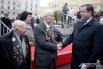 Губернатор Алексей Островский поздравляет ветеранов с днём города