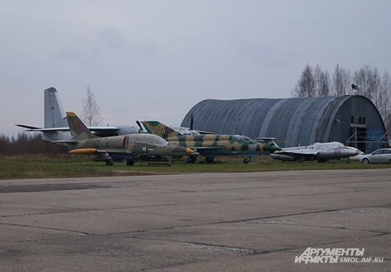 На аэродроме есть интересные образцы авиатехники