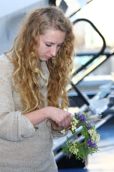 Осенью еще цветет множество растений, которые можно использовать при плетении венка или составления других флористических композиций