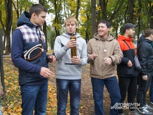 На передачу капсулы собралось много молодежи