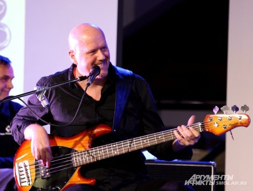 Тиль Хесс, он же Тоша Поверонов, бас-гитара.
