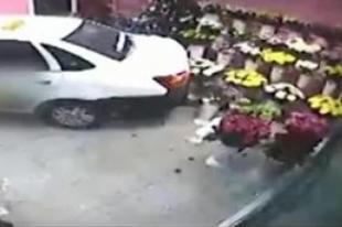 В Челябинской области таксист протаранил автомобилем цветочный павильон