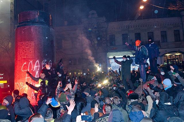 После падения статуи протестующие забрались на постамент и снова начали жечь файеры и скандировать лозунги.