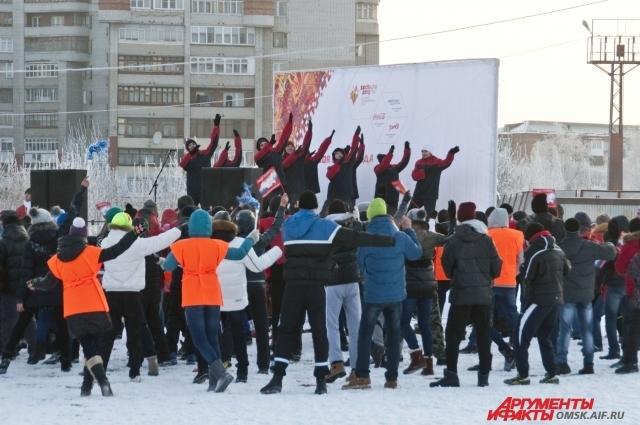 Омичи не просто наблюдают за шествием Олимпийского огня по городу, но и активно участвуют в развлекательной программе.