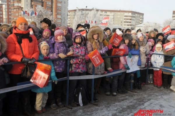 Омичи всех возрастов пришли посмотреть на Олимпийский огонь в Омске.