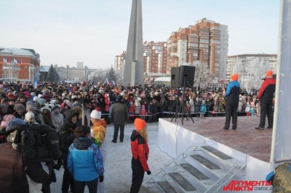 Сотни людей собрались на площадях и в скверах, чтобы принять участие в празднике.