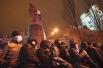 Первые сообщения о том, что протестующим удалось повалить памятник поступили в начале девятого вечера по московскому времени.