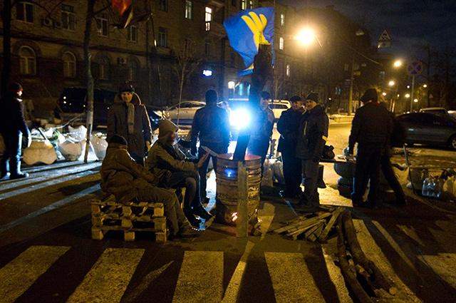 Помимо этого протестующие заблокировали движение на прилегающих к ключевым административным зданиям улицах – рядом с Кабмином и Верховной Радой Украины.