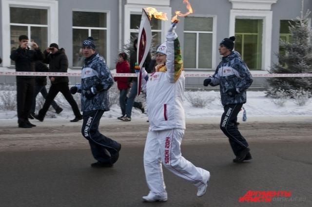 Для каждого факелоносца большая честь нести Олимпийский огонь по улицам родного города.