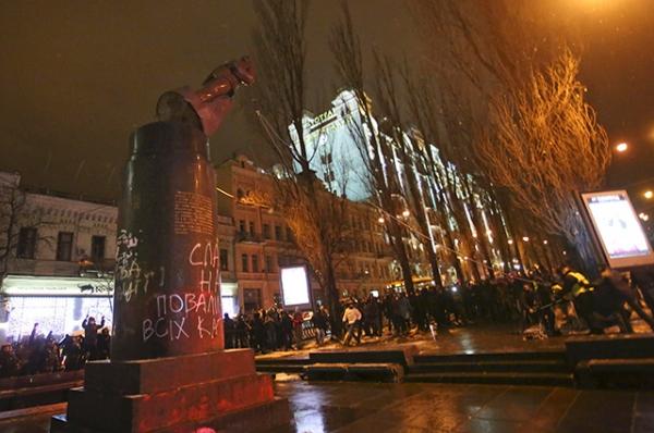 Непосредственно разрушением памятника занималась небольшая группа активистов.