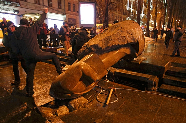 Большинство собравшихся на площади приветствовали уничтожение памятника.