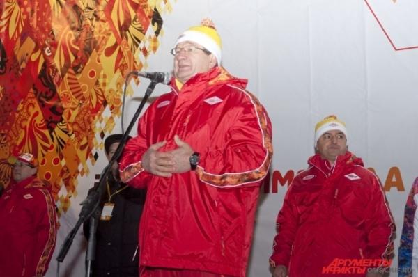 Поздравить омичей с прибытием в Омск огня ранним утром пришли первые лица.