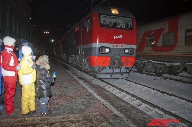 Омичи пришли встречать Олимпийский огонь на железнодорожный вокзал.