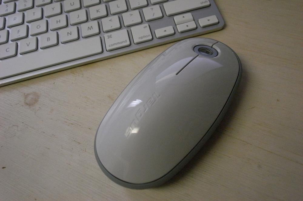 Чуть позже на рынке появились беспроводные мыши. Питание таких контроллеров происходит от батареек или аккумулятора, а сигнал передаётся компьютеру через интерфейс Bluetooth или инфракрасное соединение. На фото: беспроводная мышь с Bluetooth-интерфейсом.