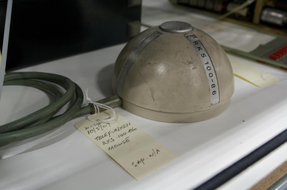 Основой устройства мыши Энгельбарта были два перпендикулярных колеса, но достаточно быстро инженеры придумали прототип с шаровым приводом – стальной шарик приводил в движение датчики угла поворота, преобразовывавшие эти движения в сигнал.