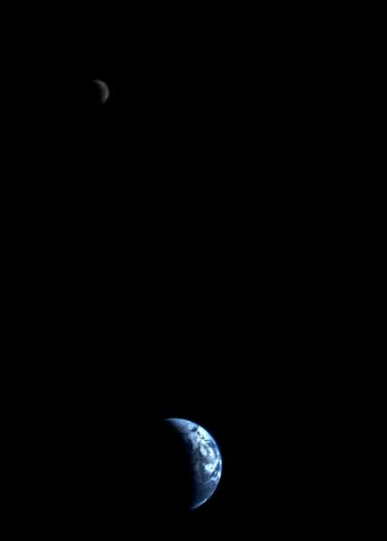Фотоснимок зонда Вояджер-1, на котором изображены серпы Земли и Луны, части которых в момент фотографирования были скрыты тенью.