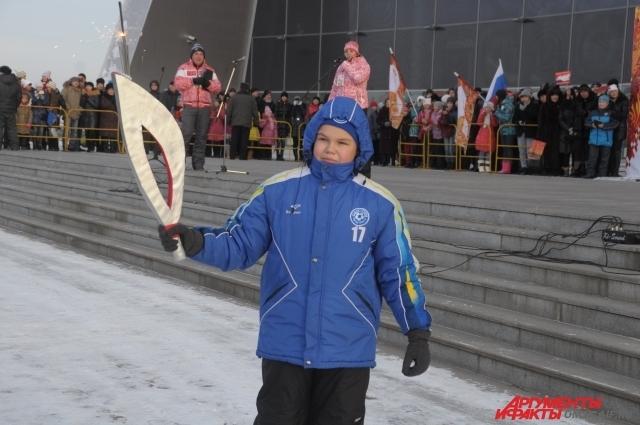 Юный омич изготовил к прибытию Олимпийского огня свой собственный факел, очень похожий на настоящий!