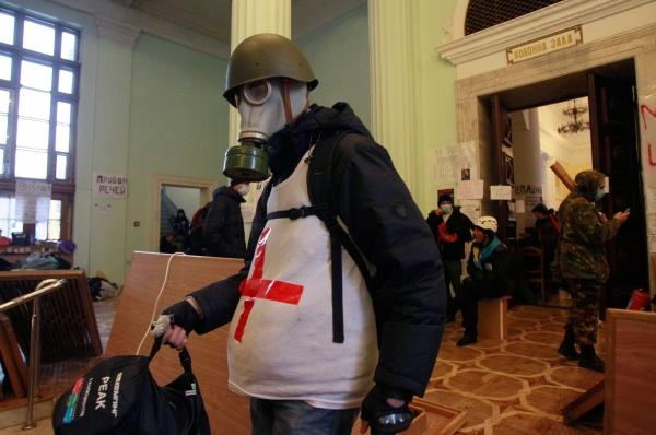 Чуть позже появились сообщения, что силовики намерены штурмовать здание городской администрации Киева, в котором по-прежнему находится множество демонстрантов. Однако попытка штурма так и не была предпринята. На фото: демонстранты в здании киевской мэрии.