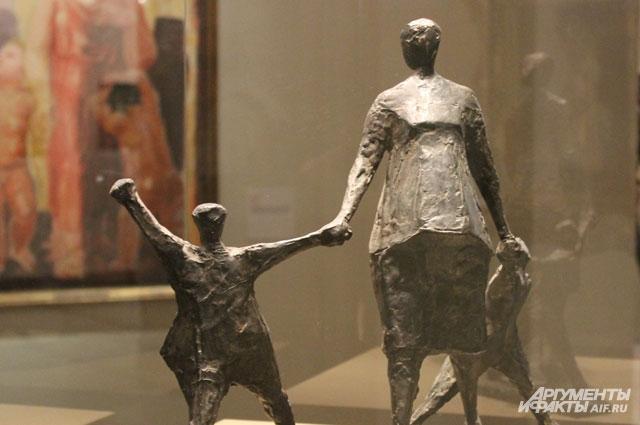 Скульптура «Четверо» является моделью норвежского памятника. Беременная женщина с детьми с надеждой ждет мужа-рыбака.