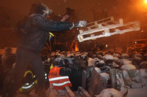 Сообщалось также, что непосредственно разбором баррикад занимались люди в штатском. На данный момент в Киеве ожидается продолжение акций силовиков – по некоторым данным, в сторону Киева направляется колонна автобусов с бойцами МВД.