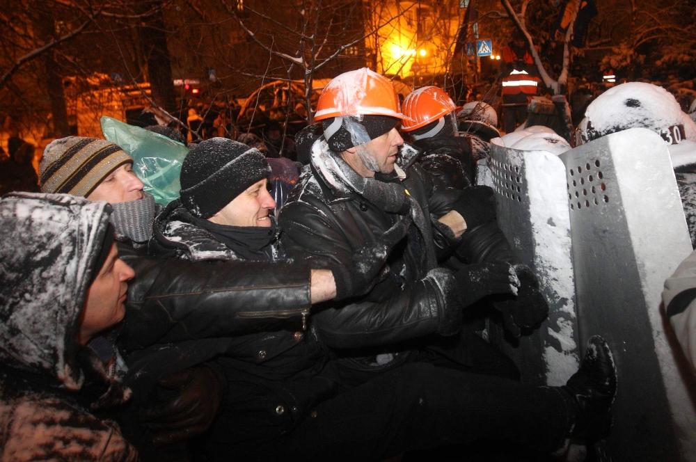 Совместными силами милиции и бойцов «Беркута» удалось разогнать блокпост на Лютеранской улице и разрушить разбитый там палаточный городок. Разгон сопровождался небольшими стычками, но в итоги правоохранительные органы оттеснили протестующих к сохранившимс