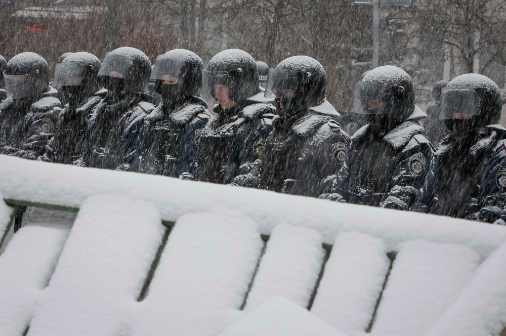 После того как протестующие снесли памятник Владимиру Ленину в Киеве правоохранительные органы Украины приступили к ответным действиям. Днём 9 декабря появились сообщения о том, что спецподразделение «Беркут» перекрыло улицу Грушевского и Крещатик.