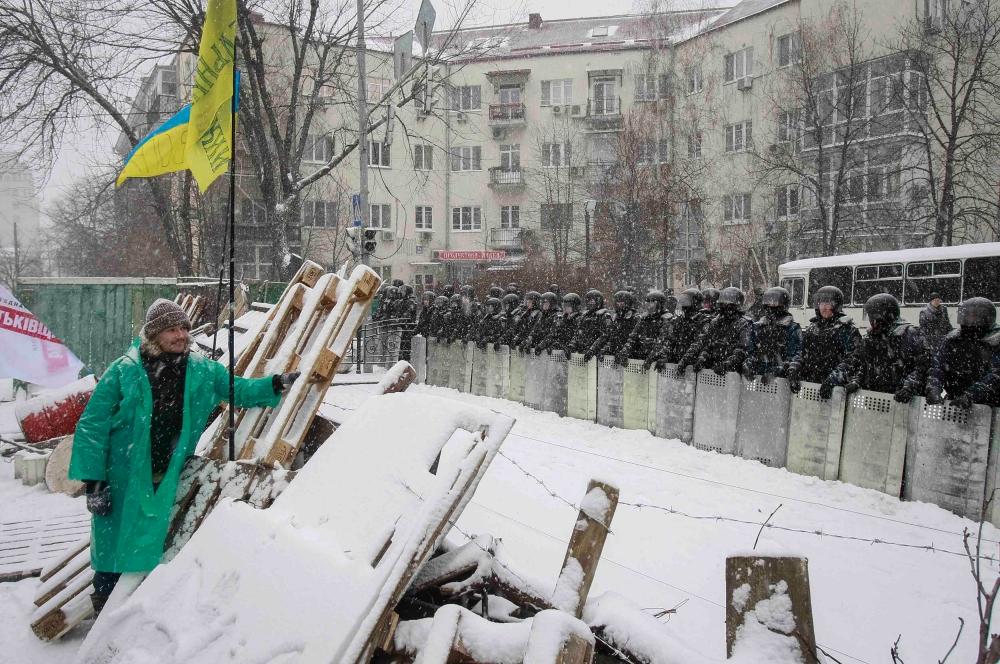 Подразделения силовиков были брошены на возведённые митингующими баррикады. Бойцы правоохранительных органов приступили к разбору заграждений.