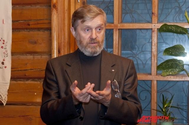 Краевед и мастер-косторез Николай Перистов привёз в Омск выставку.