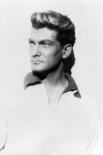 Жан Маре приобрёл популярность как звезда приключенческих фильмов. Благодаря своей исключительной фактуре актёр с большим успехом играл благородных героев, смелых авантюристов,  романтиков и рыцарей. На фото: Жан Маре в образе Орфея.