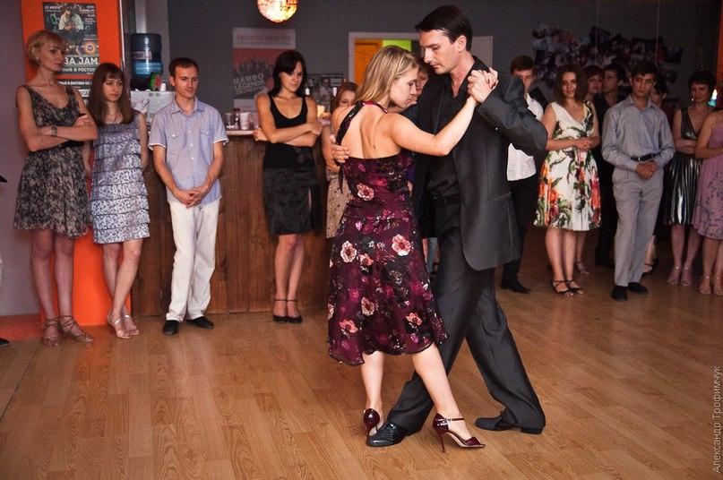 В это воскресенье, 15 декабря, с 19 до 23.00 на мансардном этаже ростовского клуба «Республика Salsa» состоится праздничная милонга, посвященная Дню танго. На нее могут прийти все желающие, а для читателей «АиФ-Ростов» вход бесплатный
