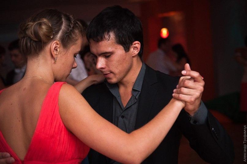 Слово «танго» появилось значительно раньше, чем сам танец. Изначально это слово использовалось на одном из Канарских островов для обозначения «собрания негров для танцев, для игры на барабанах», кстати, эти барабаны также назывались «танго»