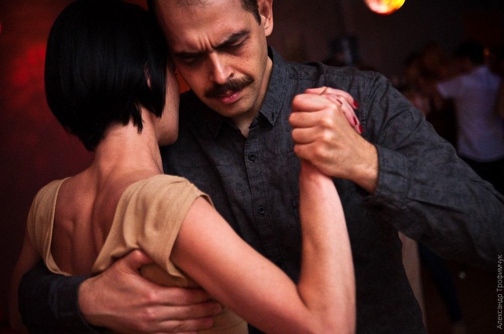 Конец 19 века подарил миру аргентинское танго. Бедные кварталы Буэнос-Айреса тогда становились домом для авантюрных эмигрантов — именно здесь, на стыке культурных традиций стран всего мира, зародился новый танец.