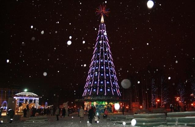 10 декабря в самом центре города у главной новогодней елки жители и гости Ханты-Мансийска собрались в ожидании Дедов Морозов и Снегурочек.